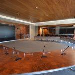 CAMPUS AGROPUR : table de conférence en ronce de noyer et acier inoxydable, panneaux muraux, portes et cadres, plafond insonorisant en noyer
