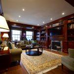 Mobilier intégré, manteau de foyer, panneaux muraux (lambris) et panneaux de plafond