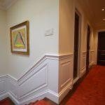 Portes en fourche d'acajou, cadres et panneaux muraux (lambris) laqués blanc