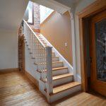 Escalier et main courante laqués blanc, portes et cadres en frêne brun