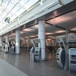 AÉROPORT DE MONTRÉAL : recouvrement de colonnes en plastique stratifié et aluminium
