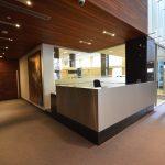 Le 1134 STE-CATHERINE  : comptoir de sécurité, acier inoxydable et granit