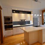 Armoires de cuisine finies lustrées, nouvelles boiseries en frêne tel que l'existant